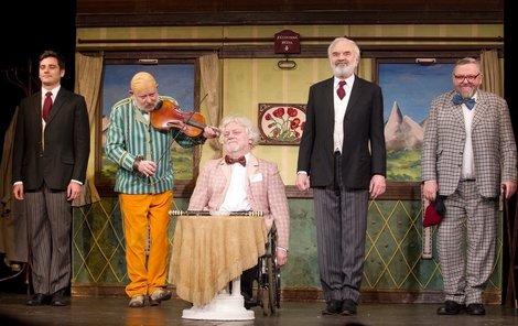 Divadlo Járy Cimrmana přišlo o Jana Kašpara (uprostřed)