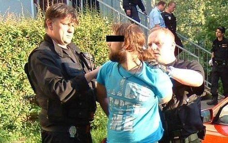 Agresívního Radka, před kterým rodiče ve strachu utekli z domu, odvádějí strážníci.