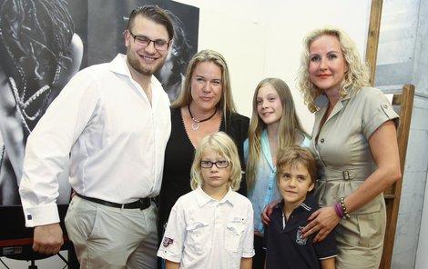 Svobodovi pěkně spolu - Petr, Jana s dětmi Michelle a Christopherem, Vendula se synem Jakubem
