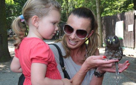 """Alice Bendová a její dcera Alička (3) si v zoo půjčily sýce, který se jmenoval Hugo Boss. Podělal jí ruku a ona řekla: """"Aspoň je to značkový."""""""