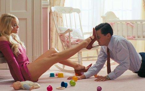 Film je nabitý vtipnými scénkami z luxusních večírků i makléřova soukromí.