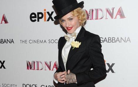 2013: Královna popu doplnila model o zdobenou rukavičku a místo kapesníčku si dala do klopy růži.