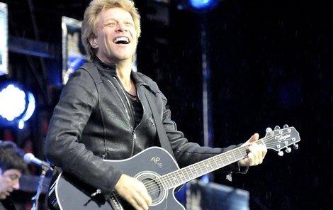 Jon Bon Jovi v Edenu okouzloval fanynky zpěvem i sexy úsměvem.