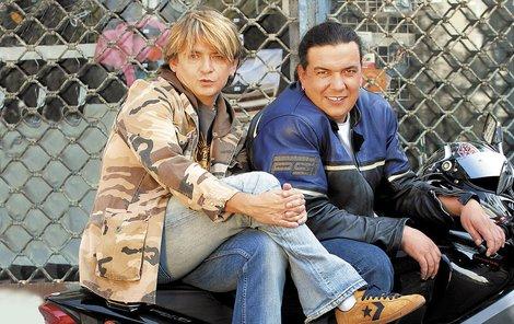 Richard jezdí i na motorce. Jediný, kdo se s ním nebojí, je Michal Suchánek.