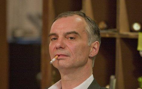 Ivan Trojan hraje hotelového recepčního