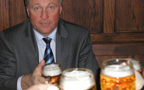 Mirek Topolánek má dobré pivo rád.