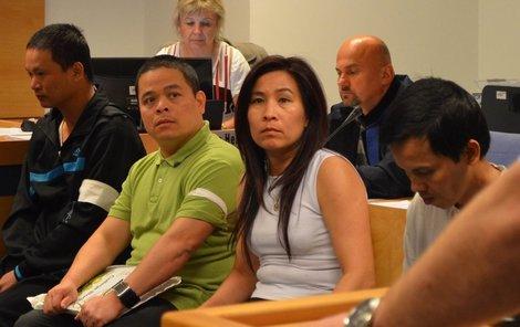 Před zlínským soudem se včera zpovídali čtyři Vietnamci. První zleva a druhý zprava jsou »zahradníci«, další dva muži jsou údajní šéfové, uprostřed je tlumočnice.
