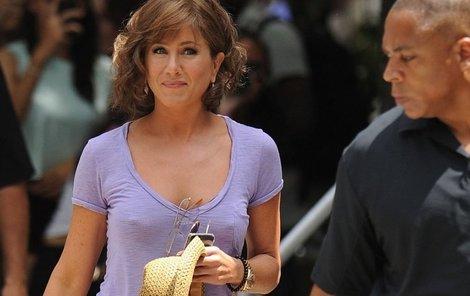 Jennifer Aniston se podprsenky se zbavuje s nadšením.