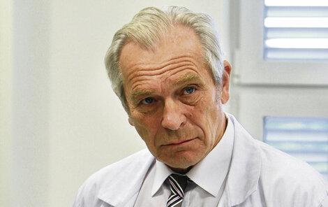 Alois Švehlík trpí nedomykavostí hlasivek. Chroptí a nemůže mluvit.