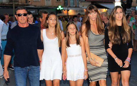 Stallone v obklopení svých čtyřech žen.