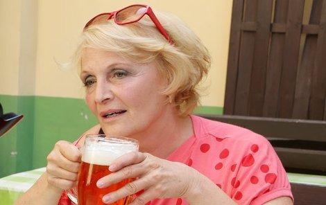 Regina Rázlová si užívá studené pivo a doutníček.
