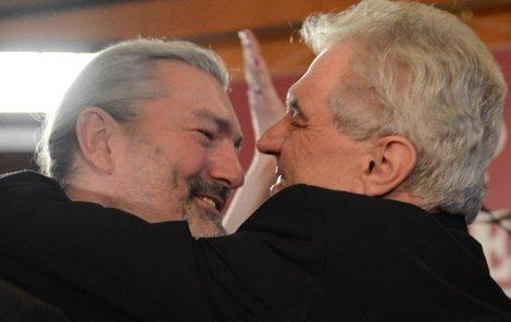 Zeman zvítězil a Hůlka mu gratuluje. Byl pak po právu odměněn!
