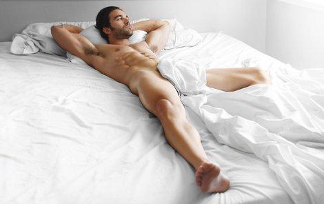 Jaký je muž, který spí nahý?