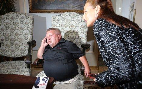 Krytinář byl přítomností Žižkové zaskočen a raději předstíral, že telefonuje...