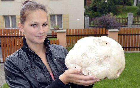 Martina Loudová (19) ukazuje velikou pýchavku, kterou našla na louce u řeky.