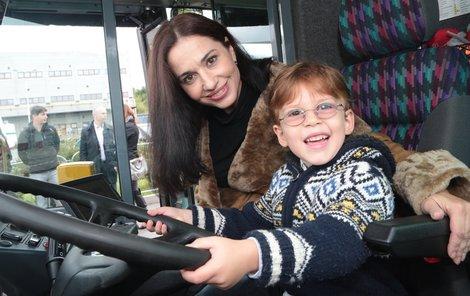 Michaela Kuklová se synem v autobuse.