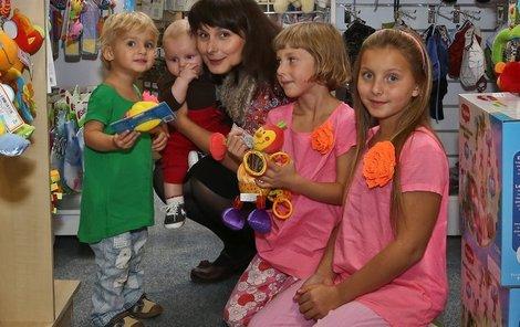 Dětí má herečka víc než dost! Zleva: Zuzanka (2),   Jiříček (4 měsíce), Jana (7) a nejstarší Andrea (11)