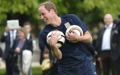 Princ William hraje fotbal.