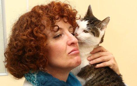 Hana Janišová s kočičím mazlíčkem.