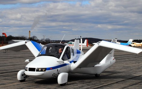 Během projížďky stačí zapnout vrtuli, rozložit křídla a z auta je letadlo.