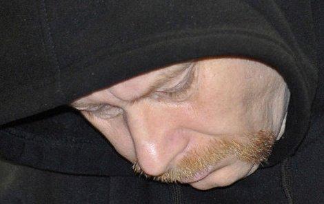 Viktor Š. si u soudu zakrýval tvář kapucí.