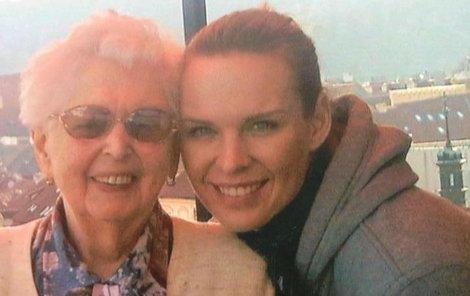 Diana Kobzanová se svou babičkou.