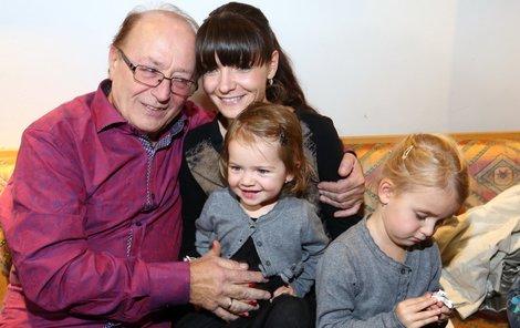 Dcerky Petra Jandy jsou parádnice a na křest tatínkova CD přišly ve stejných svetřících.