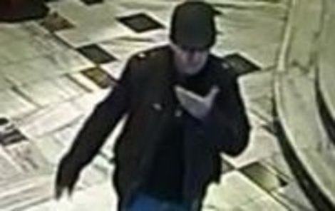 Podezřelého zachytily bezpečnostní kamery. Znáte ho? Volejte linku 158.