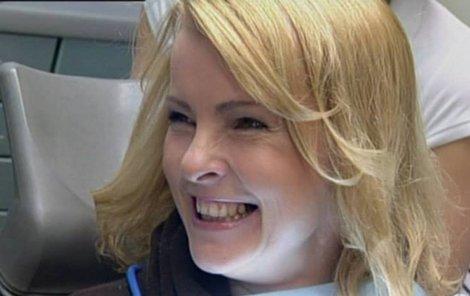 Přestože se usmívala, měla ze zubaře nahnáno.