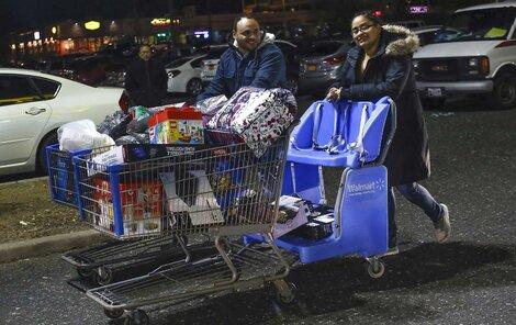 Někteří nakupovali na Vánoce.
