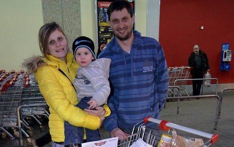 Jan Khás (30), Věra Khásová (26) a syn Adam (2).