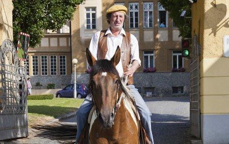 Bolek Polívka jako Bohuš si v koňském sedle užíval.