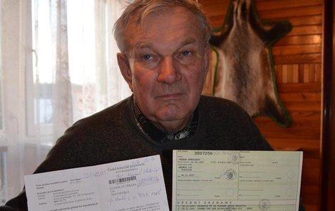 Stanislav Oškera ukazuje dopis (vlevo) a technický průkaz s termínem vyřazení vozu.