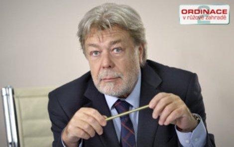 Jan Kanyza jako ředitel nemocnice.