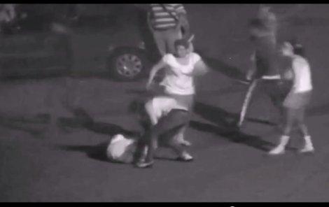 Útočnice srazily ženu na zem a kopaly do ní. Jedna z nich ji tahala za vlasy a tloukla hlavou o zem.