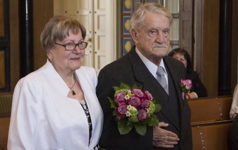 Adolf a Věra včera při obřadu na Prostějovské radnici.