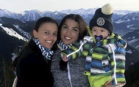Anife se svou sestrodcerou Šeri. Malý Sinan je u matky i babičky jako v bavlnce.