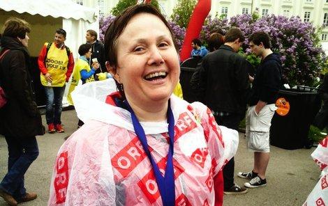 13. duben před polednem. Vyčerpaná, ale šťastná Zdeňka Pechancová v cíli s medailí za účast.