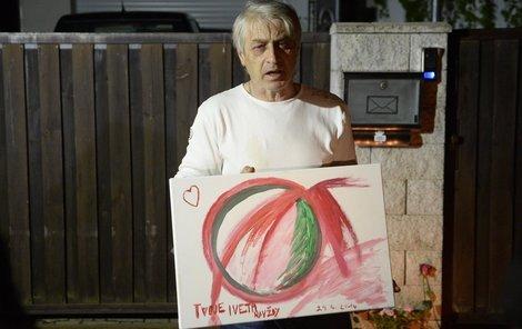 Rychtář ukázal obraz, který mu Iveta nakreslila k narozeninám.