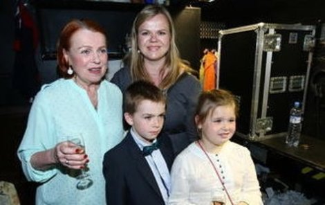 Sabina Remundová s dětmi a maminkou Ivou.