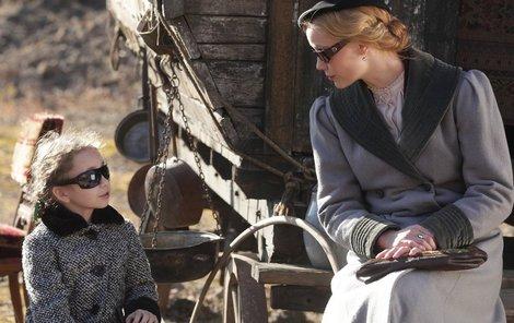 Představitelka Kláry Valentové Markéta Plánková (36) spolu se svou seriálovou dcerou Eliškou nasadily sluneční brýle a maringotku využily jako terasu pro opalování.