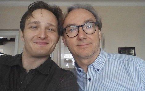 Havelkův syn Vojtěch je všestranný muzikant. Do toho hraje v divadle pod režijní taktovkou svého otce.