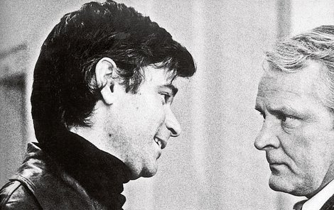 Zeman s Danešem před soudní síní. Scéna byla vystřižena, Daneš se kriminalistovi vysmíval, Zeman zapochyboval. Měl pocit, že naletěl, nic netušil o estébáckých praktikách 50. let.