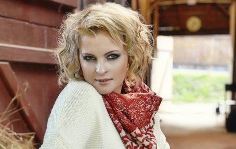 Iveta Bartošová vyděláva Šimkovi slušně.