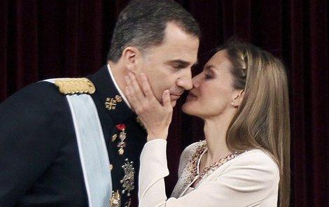 Pohlazení a následný polibek pro čerstvého krále.