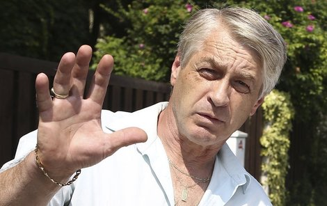 Josef Rychtář mezi trestními oznámeními zručně kličkuje. Zatím.