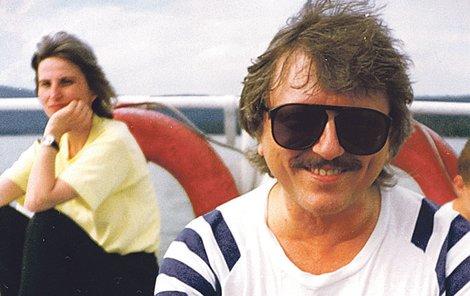 1994 (Doksy) - Nová identita: Na pravidelný společný týden s fanklubem si zpěvák nechal narůst knír. Kamarády to úplně odrovnalo. Většina přítomných žen se hned shodla na tom, že Václav vypadá jako sňatkový podvodník.