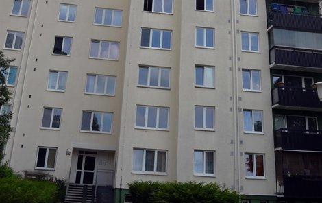 Opilá Brňanka, jíž naměřili 3,06 promile, spala čtyři hodiny vykloněná z okna ve 4. patře tohoto paneláku na sídlišti ve čtvrti Líšeň.