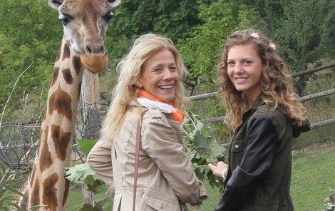 Filipová s dcerou Lenny pokřtily žirafí mládě.