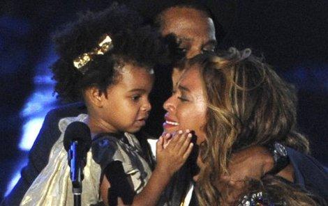 Celá rodinka na pódiu, Beyonce je naměkko.